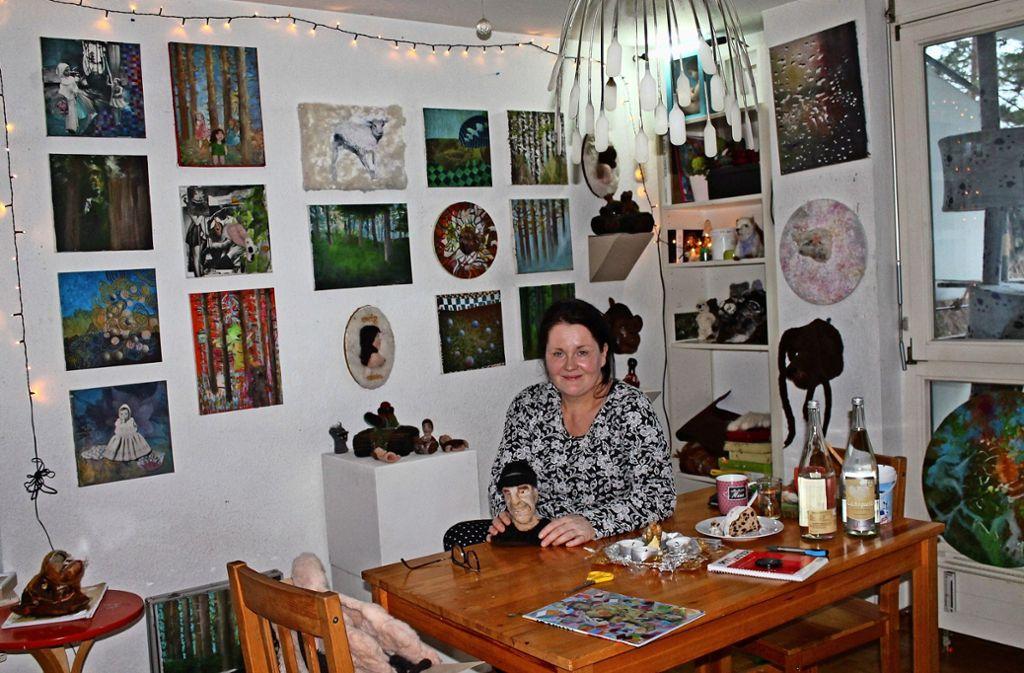 Die Wände ihrer kleinen Wohnung sind voll mit eigenen Arbeiten: Sandra Fritz aus Fellbach. Foto: Sabine Schwieder