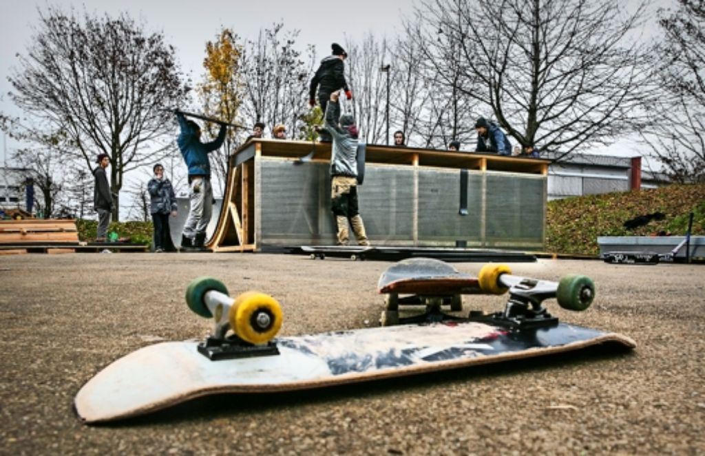 Das Board hat  Pause, solange die Jugendlichen den neuen Skatepark  aufbauen. Foto: Rudel