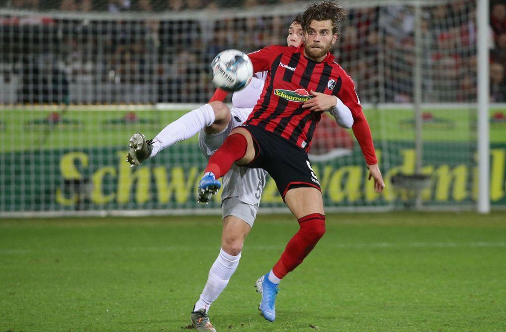 Hier geblieben: Benjamin Pavard lässt Lucas Höler (vorne) nicht davonziehen. Foto: Baumann