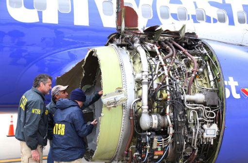 Frau wird fast aus Flugzeugfenster gerissen