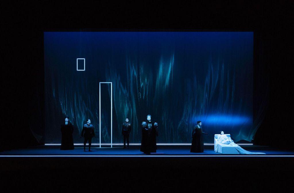 Szene aus dem vierten Akt mit Otello (Stuart Skelton, vorne) und Desdemona (Sonya Yoncheva, liegend, rechts) Foto: Lucie Jansch