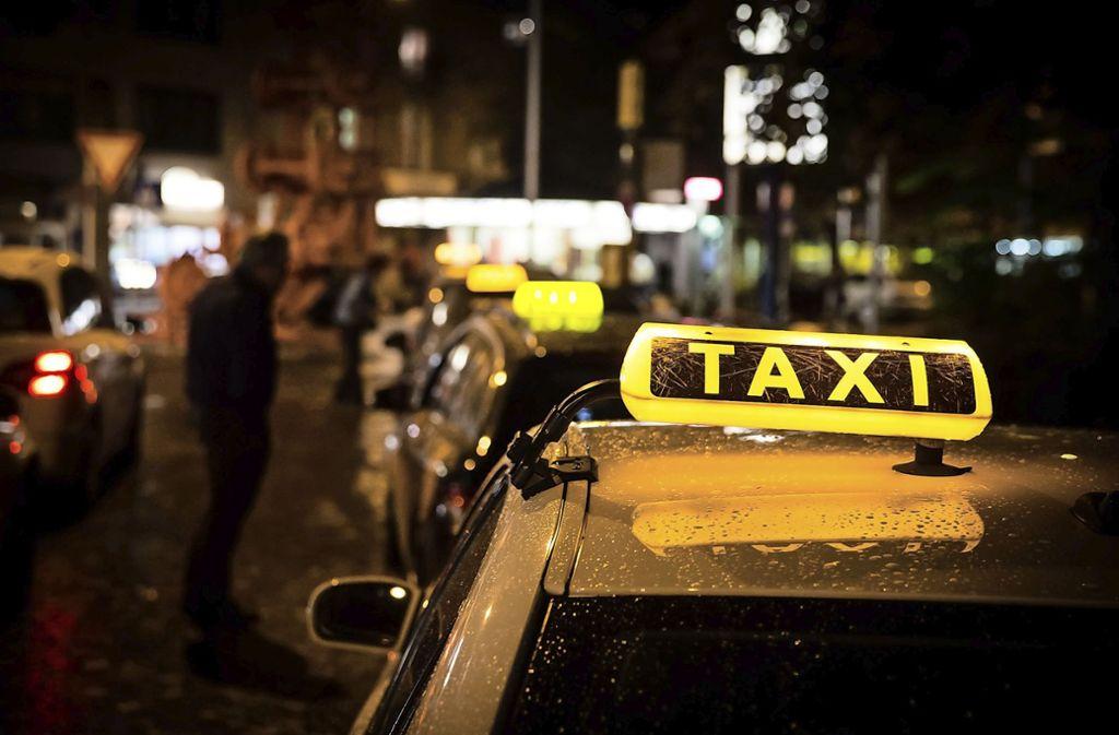Taxifahrer im Visier von Straftätern: Wer steigt nachts ins Taxi ein? Foto: /Lichtgut/Achim Zweygarth