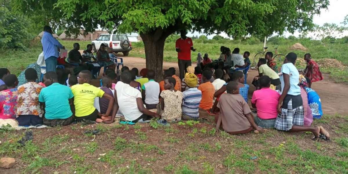 """Im Projekt """"Stay Seed"""" werden Farmerinnen und Farmer ausführlich in ökologischer Landwirtschaft geschult. Foto: Stay Alliance Uganda"""