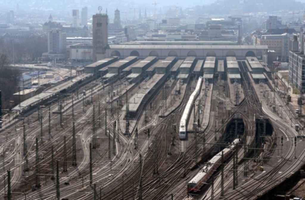 Bis Stuttgart21 verwirklicht ist, werden noch viele Züge in den Kopfbahnhof ein- und ausfahren. Wir dokumentieren die Geschichte des Bahnprojekts in einer Bilderstrecke. Foto: dpa