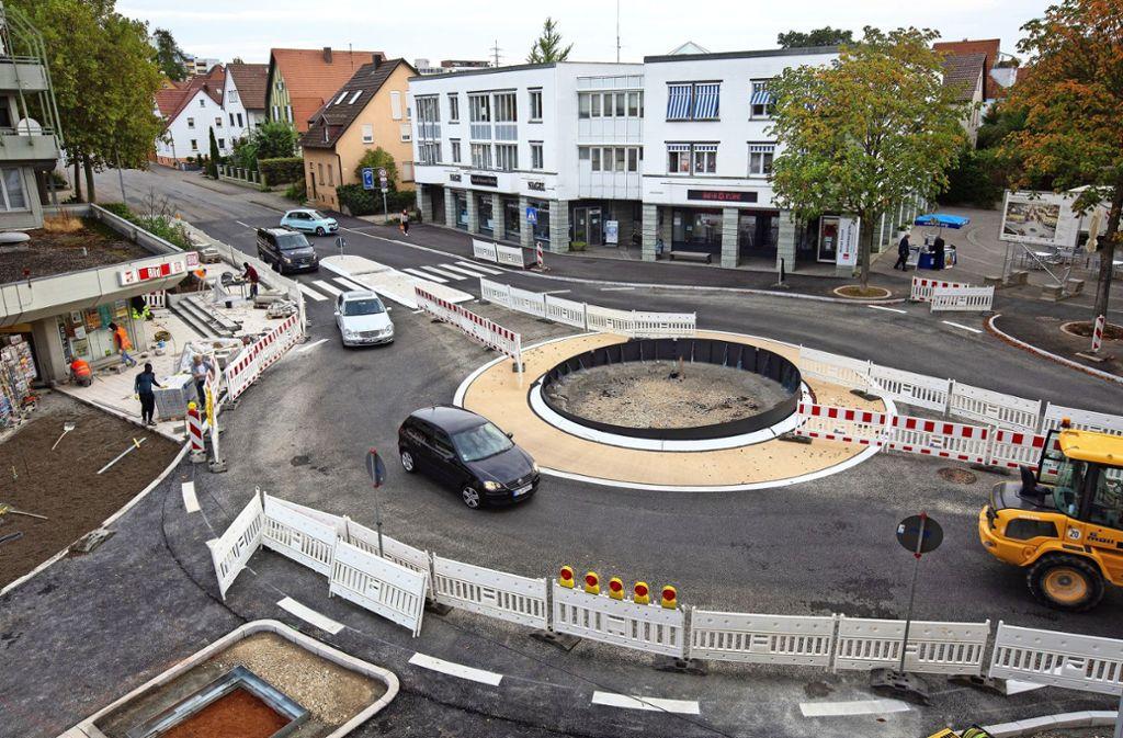 Zur  Aufwertung der Hindenburgstraße in Ostfildern-Nellingen trägt unter anderem   der Bau eines Kreisverkehrs bei. Foto: Ines Rudel/Archiv