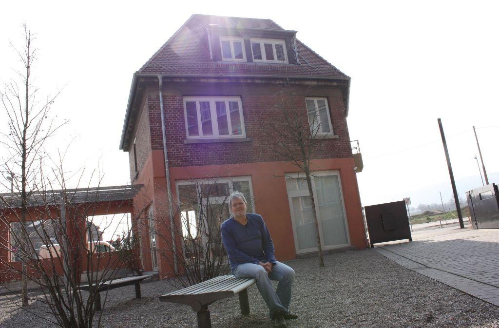 Klaus-Dieter Kurzweg vor dem Stadtteiltreff, der bei Veranstaltungen aus allen Nähten platzt. Foto: Annina Baur