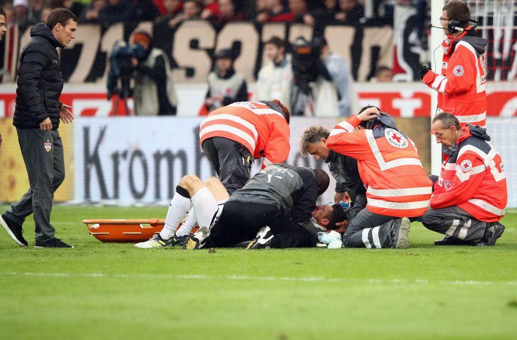 Hannes Wolf, Trainer des VfB Stuttgart, sorgt sich um den verletzten Christian Gentner. Foto: Bongarts