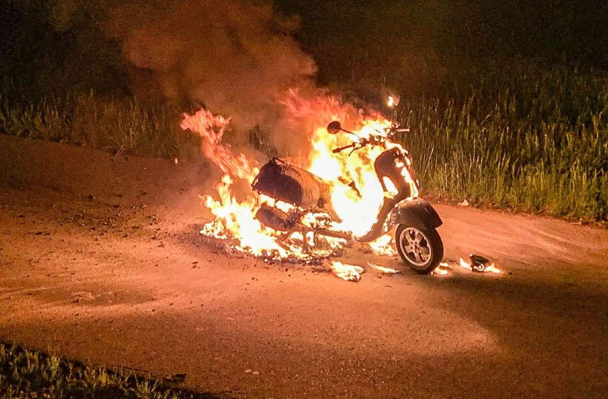 Der Fahrer eines Mofa bemerkt am Freitagabend zunächst ein Qualmen an seinem Mofa Foto: SDMG