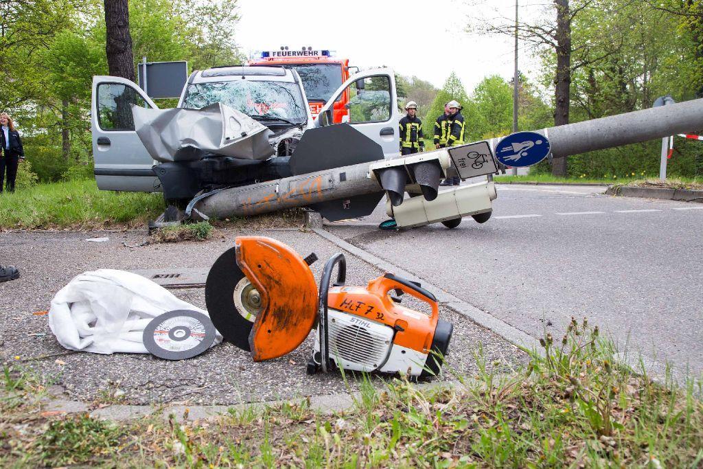 Frontal gegen einen Ampelmasten gekracht ist ein betrunkener Autofahrer am Samstagmorgen in Stuttgart-Feuerbach. Foto: www.7aktuell.de | Sven Adomat