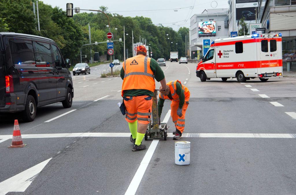 Problemzone Cannstatter/Heilmannstraße: Das Ende der neuen Busspur ist  der Anfang eines großen Problems. Foto: Lichtgut/Oliver Willikonsky