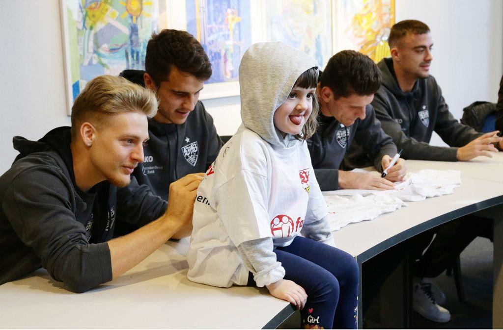 Die VfB-Profis geben fleißig Autogramme. Foto: Pressefoto Baumann/Hansjürgen Britsch