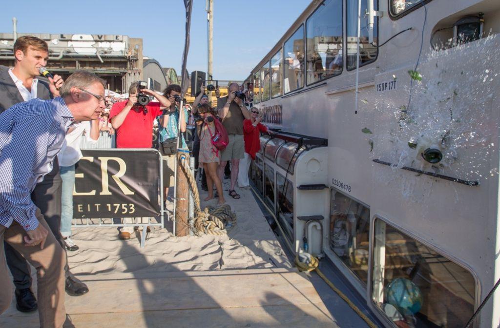Mit einem beherzten Wurf taufte Günther Jauch das Partyboot auf seinen Namen. Foto: dpa