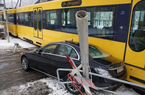 Mercedes prallt gegen Ampel und Stadtbahn