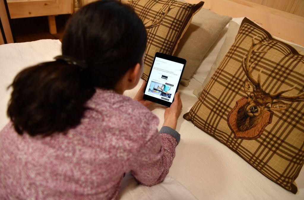 Viele Bürger im Südwesten nehmen noch mal ihr Smartphone oder ihr Tablet zur Hand, bevor sie schlafen. Foto: dpa