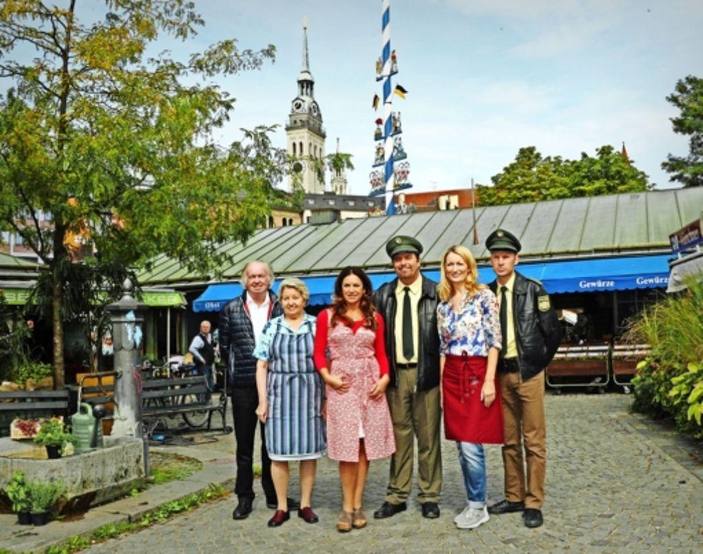 """Das Team der Serie """"München 7"""" bei einer Drehpause auf dem Viktualienmarkt Foto: dpa"""