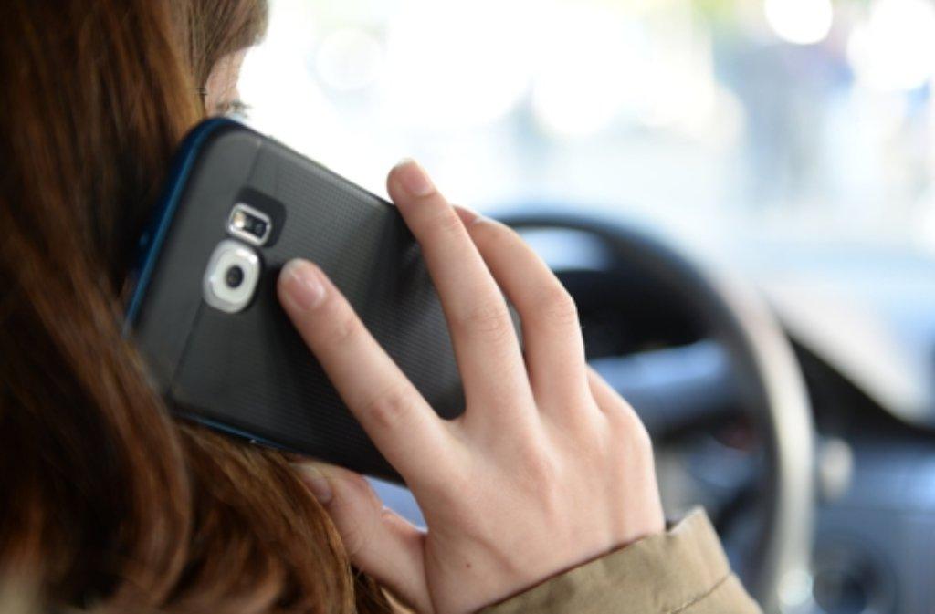 Telefonieren oder Nachrichten tippen am Steuer: Für eine 21-Jährige wurde das Handy am Steuer zum Verhängnis. Sie erfasste zwei Radfahrer, einer starb. (Symbolfoto) Foto: dpa