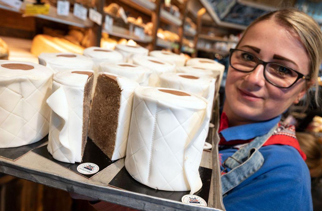 Mittlerweile produziert Bäckermeister Tim Kortüm 200 Klopapier-Kuchen am Tag. Foto: dpa/Bernd Thissen