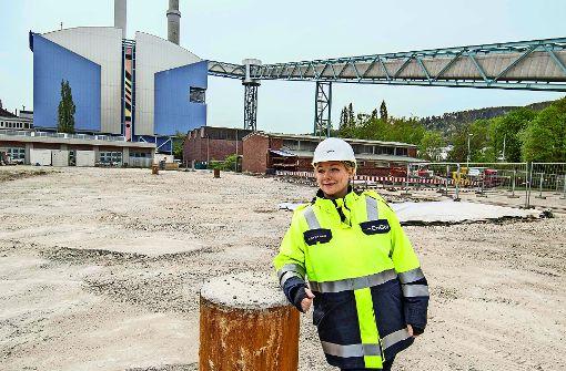Projektleiterin Diana van den Bergh vor dem alten Kraftwerk Foto: