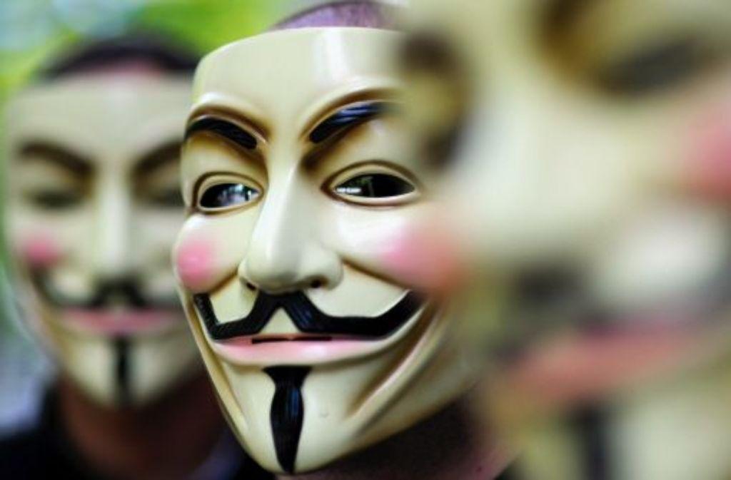 Aktivisten des internationalen Netzwerks Anonymous posieren in Berlin hinter ihren Guy-Fawkes-Masken. Foto: dapd