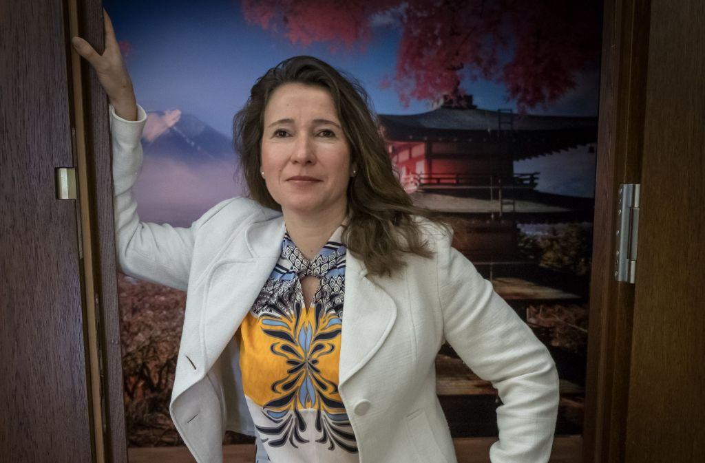 """Inés de Castro, Direktorin des Linden-Museums und Jurymitglied für den """"Stuttgarter des Jahres"""", vor einem Plakat der Sonderausstellung """"Oishii! Essen in Japan"""". Foto:"""