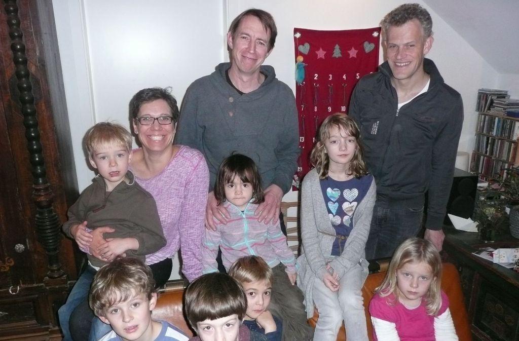 """Katharina Karle, Mark Breitenbücher und Frank Hettler (von links) umgeben von Kindern der """"Nage"""". Foto: Christoph Kutzer"""
