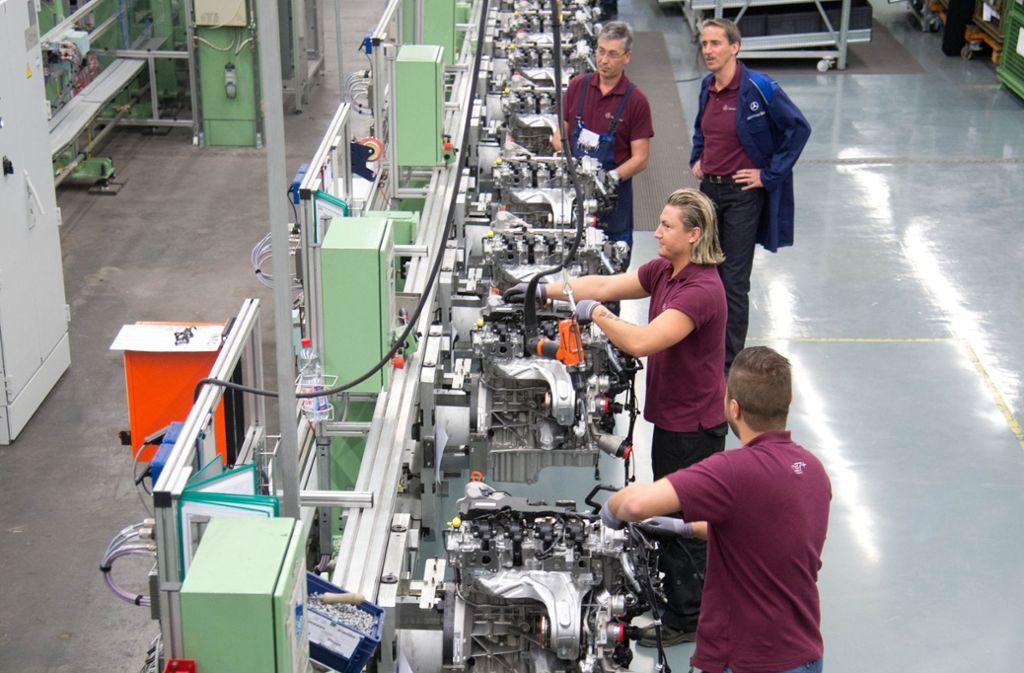 Daimler-Mitarbeiter in Untertürkheim bei der Arbeit Foto: Martin Stollberg