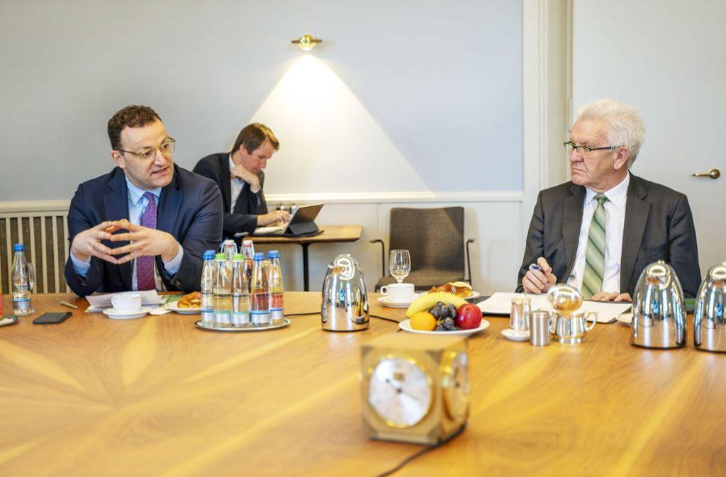 Jens Spahn (links) und Winfried Kretschmann in Stuttgart: Gute Zusammenarbeit trotz räumlicher Distanz. Foto: dpa/Jana Hoeffner