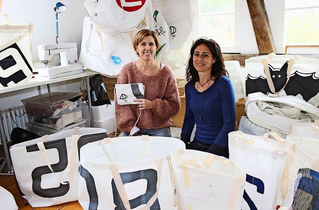 """Clea Günther  und  Tanja Stetter  (r.) produzieren ihre """"Sii Bags"""" in ihrer Werkstatt in Heumaden. Foto: Caroline Holowiecki"""