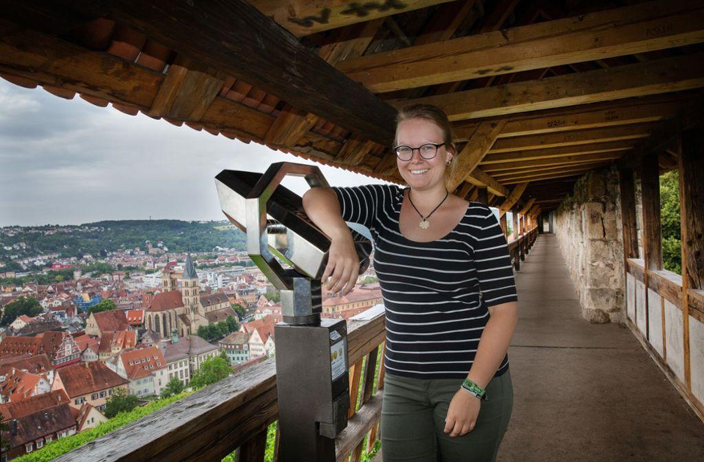 Friederike Fischer steht im Seilergang und genießt den Blick auf die Stadt. Foto: Ines Rudel Foto: