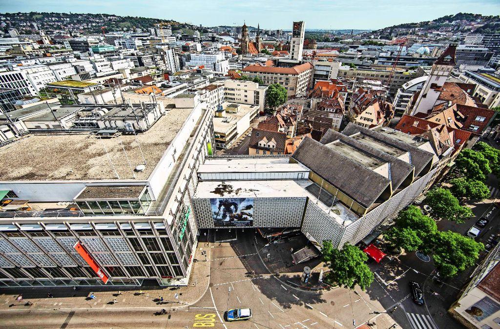 Blick vom Tagblatt-Turm: Der Verbindungsbau über der Steinstraße (Mitte) soll weg, der Komplex rechts davon möglichst auch. Foto: Lichtgut/Leif Piechowski