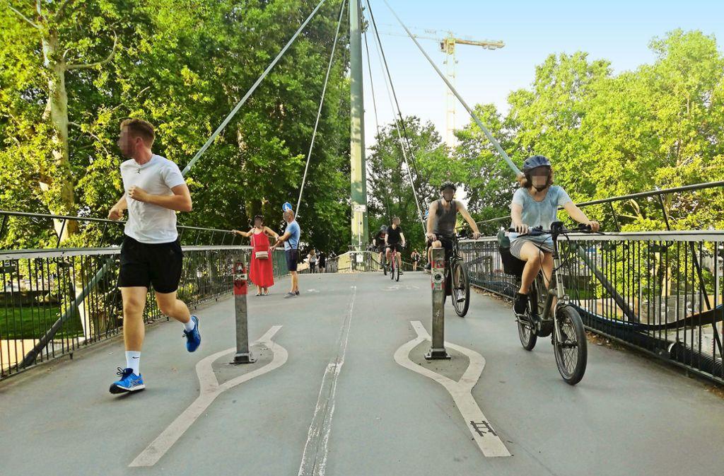Die Pfosten in der Mitte des Ferdinand-Leitner-Stegs sollen dafür sorgen, dass Fahrradfahrer langsamer fahren. Die CDU im Bezirk Mitte fürchtet aber, dass Radler sie übersehen und stürzen könnten. Radaktivisten fordern aber eher eine eigene Fahrradspur auf der B 14, um die Situation zu entzerren. Foto: Cedric Rehman