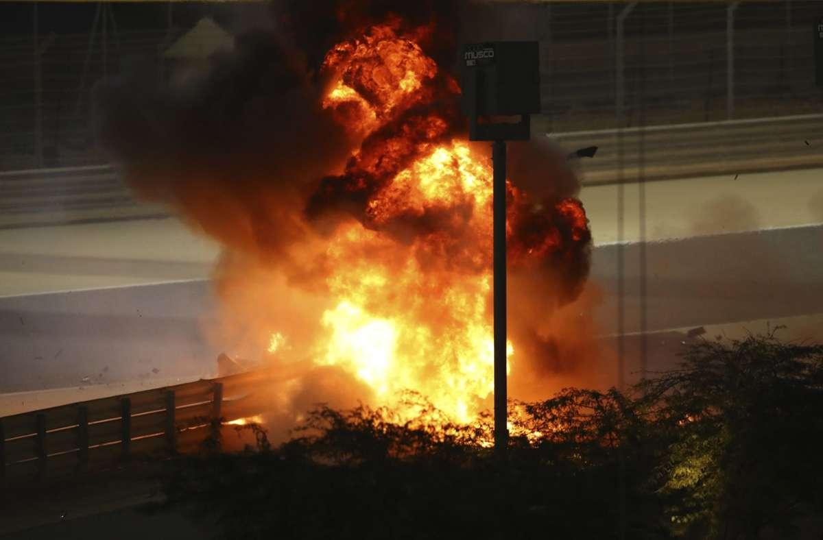 Schrecksekunde in Bahrain: der Rennwagen von Romain Grosjean brennt lichterloh. Foto: AP/Brynn Lennon