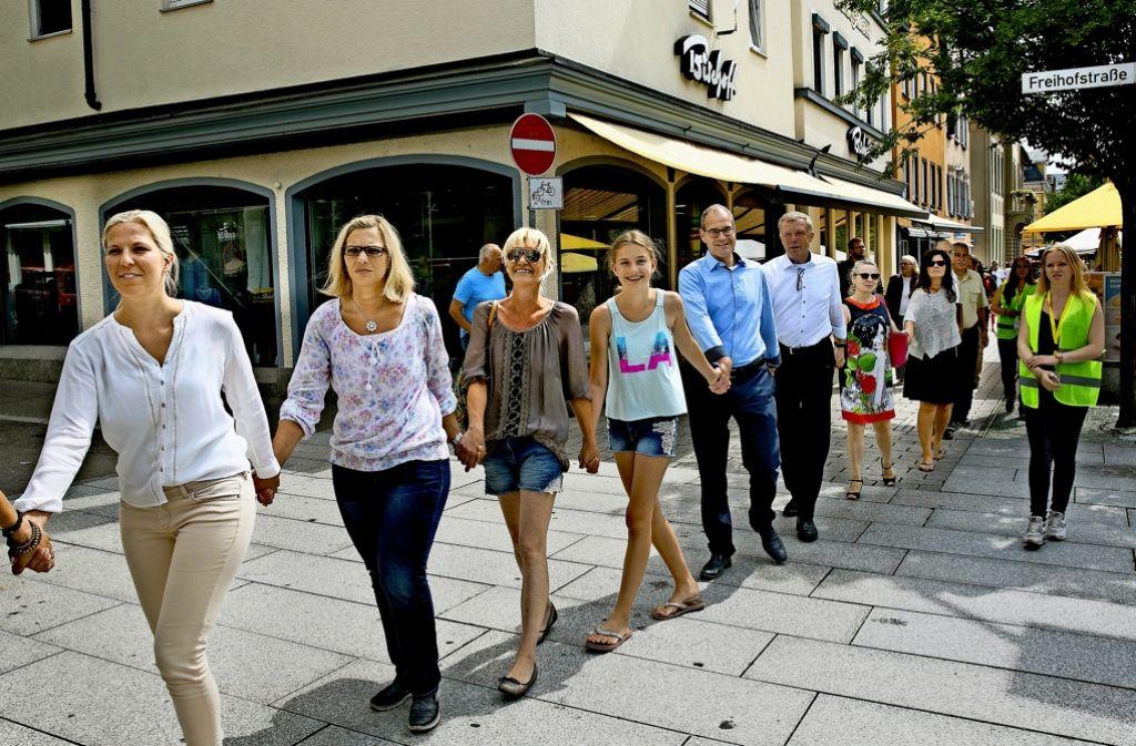 Auch einige Erwachsene haben sich in die  Göppinger Menschenkette  für Respekt und Mitmenschlichkeit eingesetzt, die 50 Jugendliche organisiert hatten. Foto: Horst Rudel