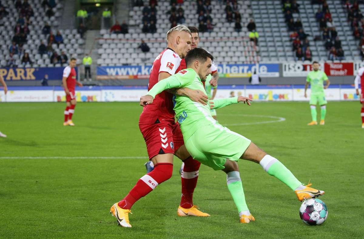 Jonathan Schmid vom SC Freiburg (links) ringt mit dem Wolfsburger   Josip Brekalo um den Ball. Foto: Pressefoto Baumann/Hansjürgen Britsch