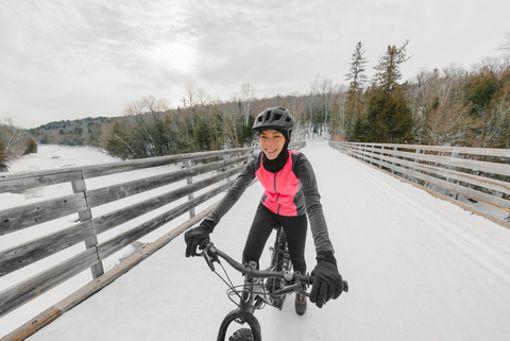 Kalte und daher steife Finger können Fahrradfahrer nicht gebrauchen. Wie sollen die gefrorenen Glieder den Bremshebel ziehen? Die richtigen Handschuhe sind deswegen Pflicht. Zudem wichtig für Winter-Radler...