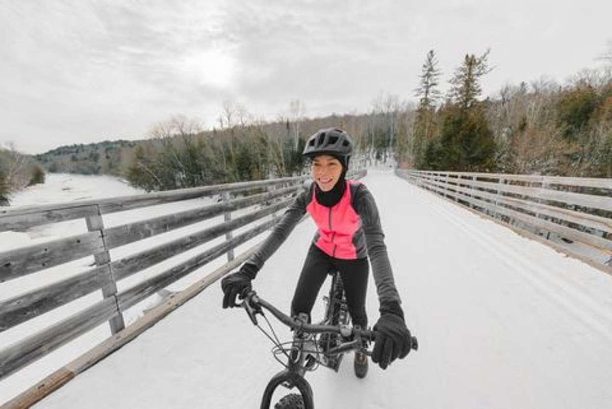 Kalte und daher steife Finger können Fahrradfahrer nicht gebrauchen. Wie sollen die gefrorenen Glieder den Bremshebel ziehen? Die richtigen Handschuhe sind deswegen Pflicht. Zudem wichtig für Winter-Radler... Foto: Shutterstock/ Mandav