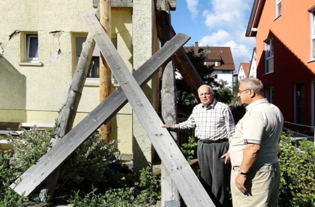 Heinz Arnold (li.)  vor seinem abgestützten Haus mit  Nachbar Kurt Braun Foto: factum/Bach