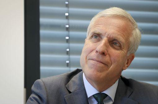 Der IHK-Präsident lässt Warenlager in England errichten
