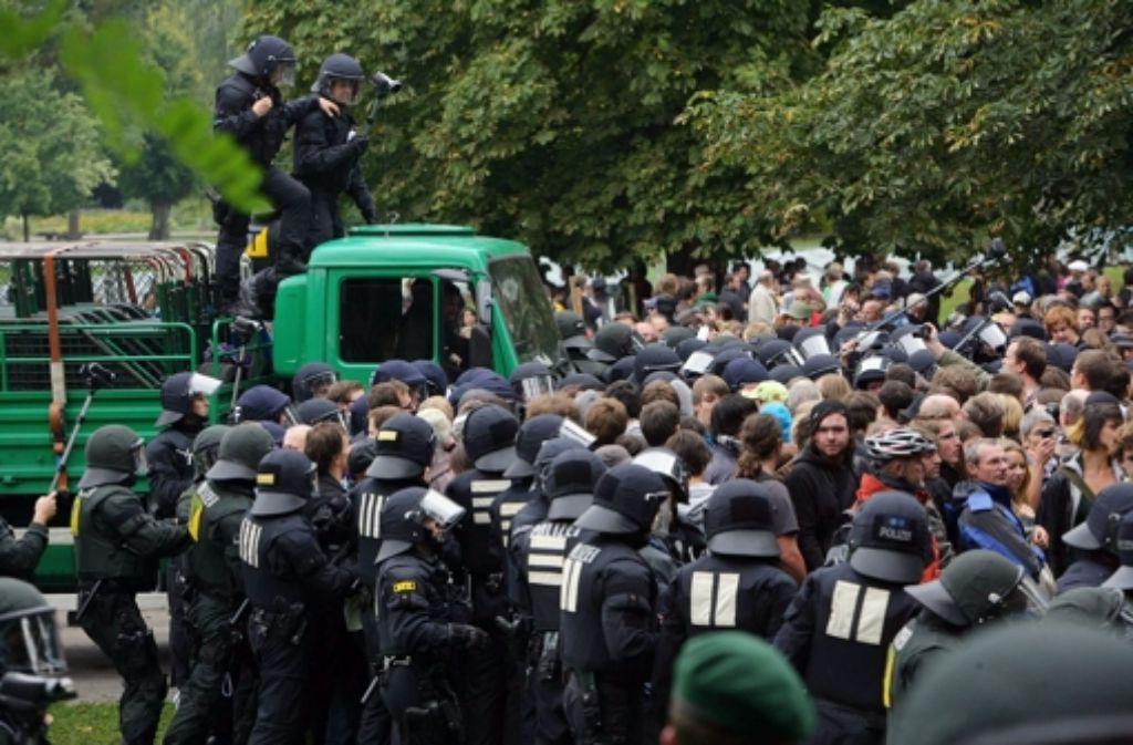 Am 30. September 2010 sollte die Baustelle für das Grundwassermanagement von Stuttgart 21 eingerichtet werden.  Mehrere Hundertschaften der Polizei brauchten Stunden, um die Stuttgart-21-Gegner vom Gelände für das Grundwassermanagement zu drängen.  Foto: Achim Zweygarth