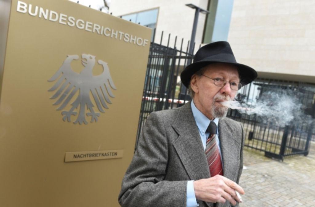 Der Raucher Friedhelm Adolfs darf erst einmal in seiner Wohnung bleiben.  Foto: dpa
