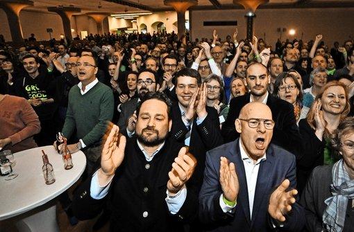 Freude bei den  Grünen:  Alexander Bonde (vorne links)  und  Verkehrsminister Winfried Hermann bejubeln  das Ergebnis. Foto: Lichtgut/Leif Piechowski