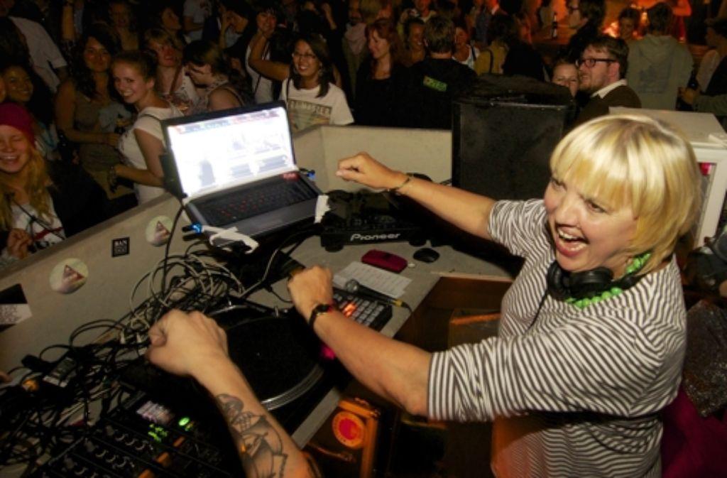 Voll dabei: DJane Claudia Roth bei einer Veranstaltung der Grünen Jugend Stuttgart im Rocker 33. Weitere Bilder vom Abend sehen Sie in der Fotostrecke. Foto: factum/Weise