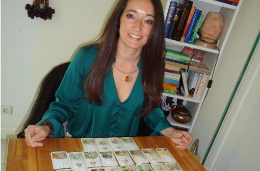Karin Kristan mit ihren Tarotkarten. Sie glaubt, damit in die Zukunft blicken zu können. Foto: rem