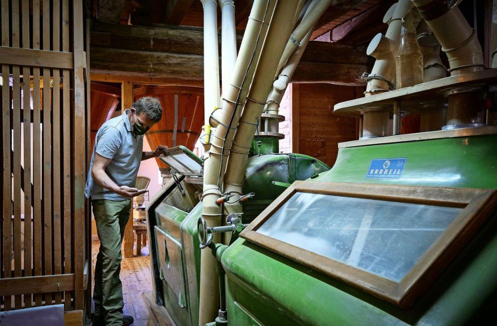 Alte Technik bleibt zeitgemäß – und fordert den Müller: Markus  Birenbaum  kontrolliert in der Talmühle das  gemahlene Mehl. Foto: factum/Simon Granville
