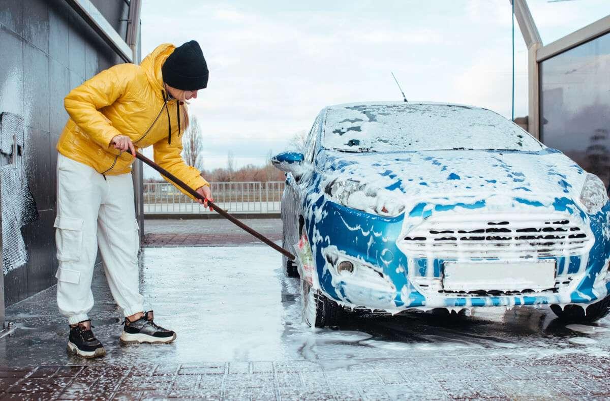 In diesem Artikel zeigen wir Ihnen, worauf Sie achten müssen, wenn Sie Ihr Auto im Winter bei Minusgraden waschen möchten. Foto: Ruslan Malysh / Shutterstock.com