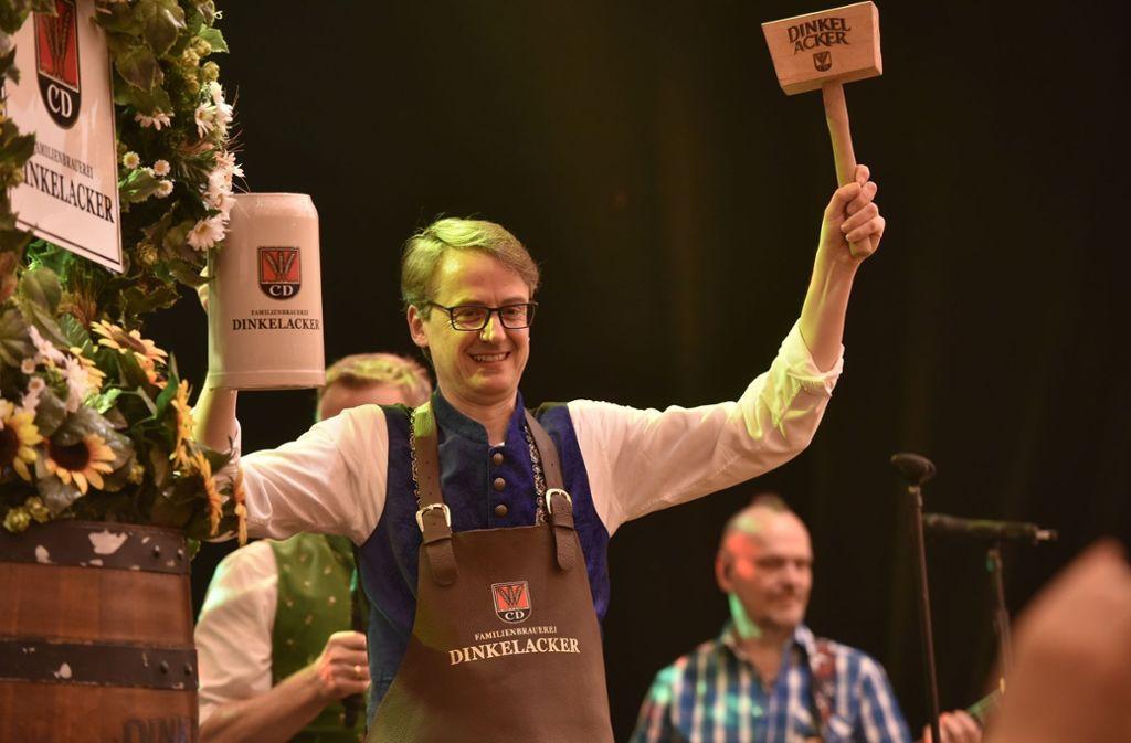 Die 80. Auflage des Stuttgarter Frühlingsfests ist eröffnet: Stuttgarts Erster Bürgermeister hat das Fass angestochen. Foto: 7aktuell.de   Oskar Eyb