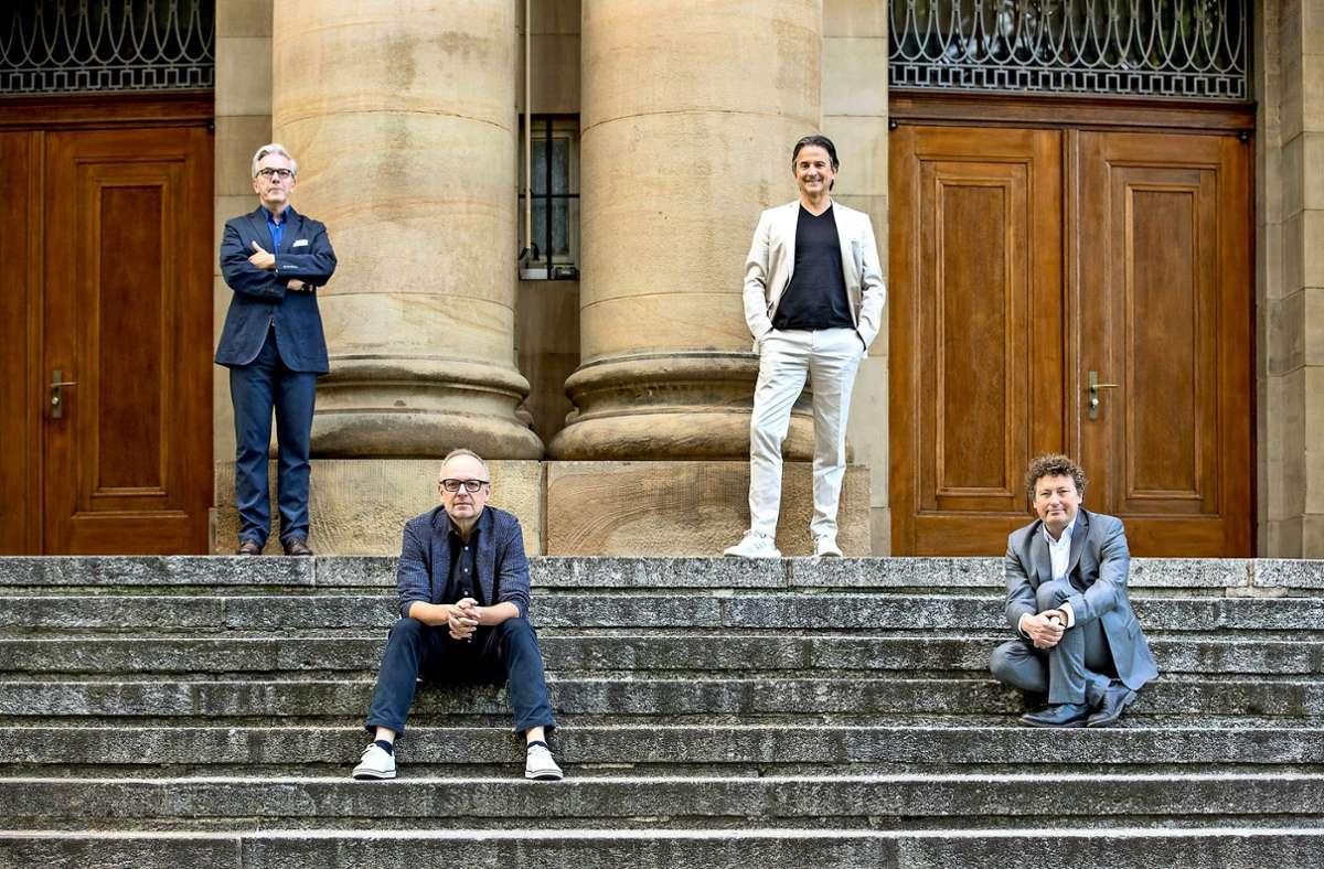 Vier Intendanten auf Abstand – von links: Marc-Oliver Hendriks (Geschäftsführer), Burkhard C. Kosmisnki (Schauspiel), Tamas Detrich (Ballett), Viktor Schoner (Oper) Foto: Lichtgut/Leif Piechowski