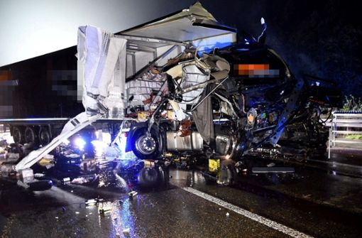 Zwei Verletzte bei Lkw-Unfall – Kunstharz fließt aus