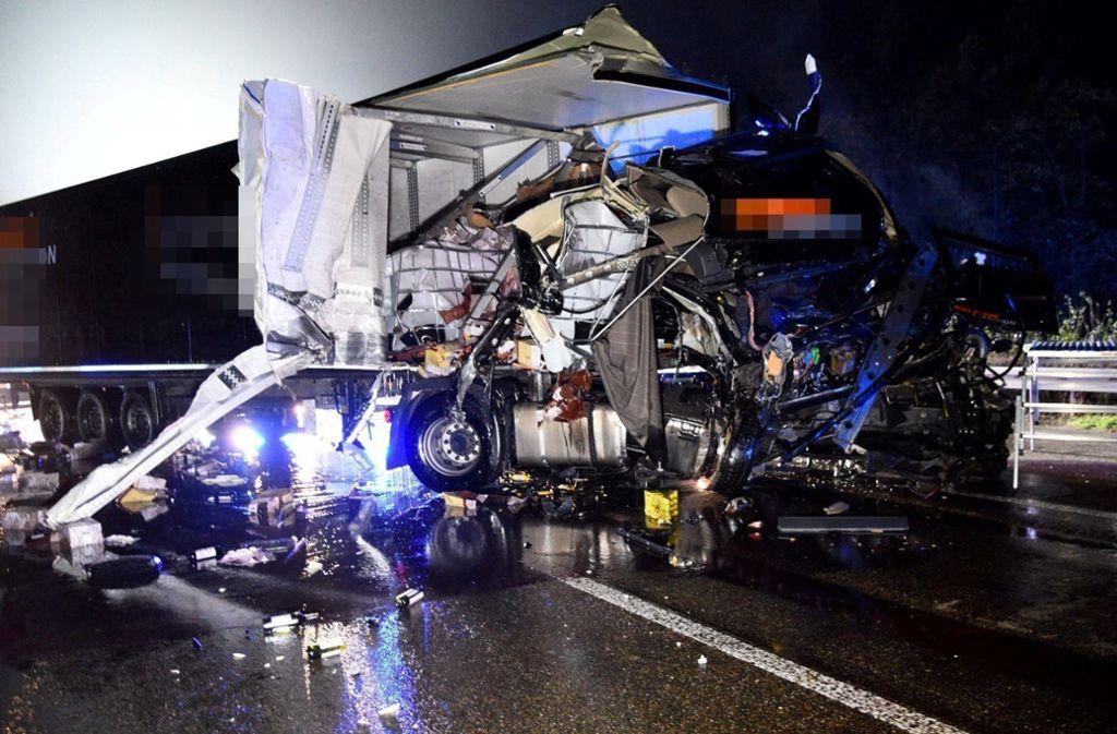Die beiden Lkw-Fahrer kamen nach dem Unfall auf der A6 im Rhein-Neckar-Kreis ins Krankenhaus. Foto: dpa/René Priebe