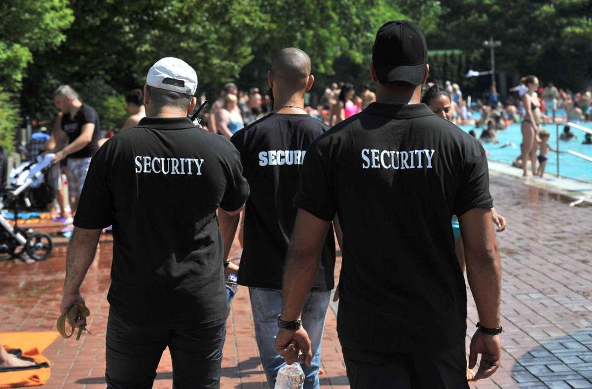 Sicherheitsleute im Bad – manchmal geht der Ärger schon am Einlass los. Foto: dpa/Paul Zinken